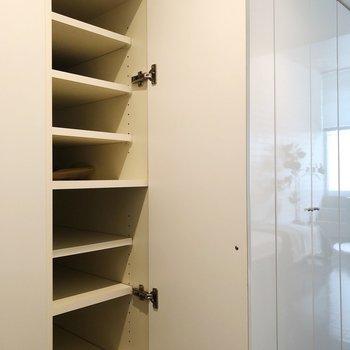 奥行きのある靴箱※写真は1階の同間取り別部屋のものです