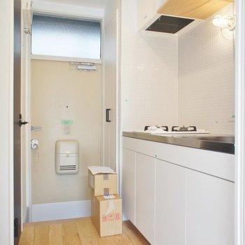 キッチンは玄関に※写真は前回募集時、クリーニング中のものです
