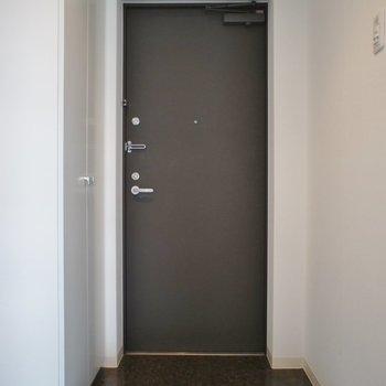玄関もシック。