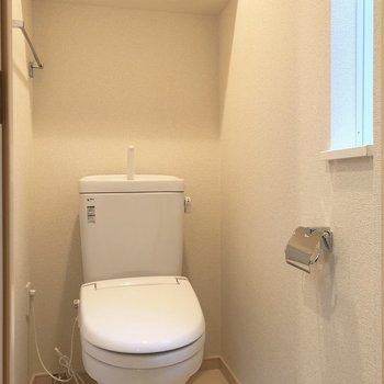 トイレには換気ができる窓があります。