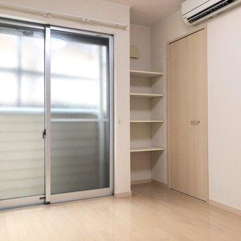 可動式の収納棚もあります。