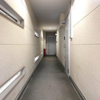 1Fの廊下。右手前のドアが今回のお部屋。