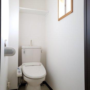 トイレは個室、窓付きですね。