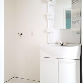 白統一で清潔感ある洗面台。