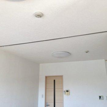 上を見上げるとカーテンレールがあるので、お部屋を仕切ることができます※写真は前回募集時のものです