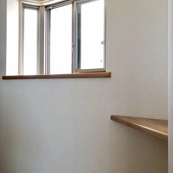 玄関の横には棚が付いているので、花を飾ったりできそうです※写真は前回募集時のものです