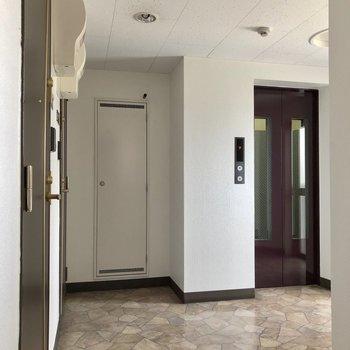 お部屋のドアを背に廊下をパシャリ。エレベーターも近くにあります※写真は前回募集時のものです
