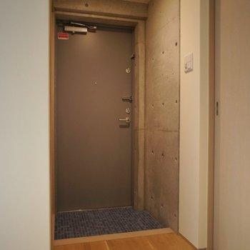 玄関から雰囲気抜群。※写真は101号室のもの