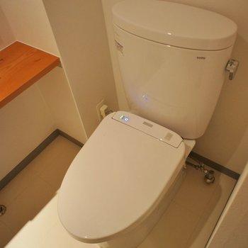トイレはシンプルです。※写真は101号室のもの