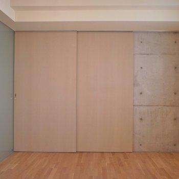 洋室も十分ゆったりです。※写真は101号室のもの
