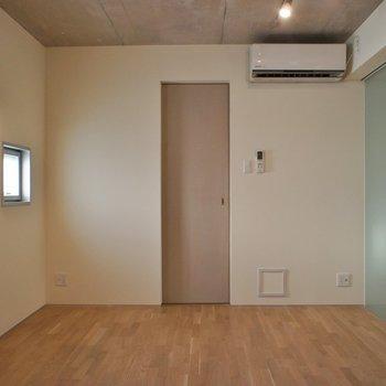 小窓から射す光が嬉しい◎※写真は101号室のもの