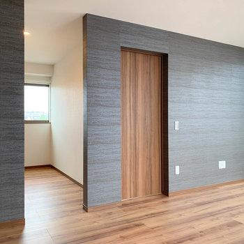 【LDK】こちらの壁はグレー。お部屋の雰囲気にアクセント。
