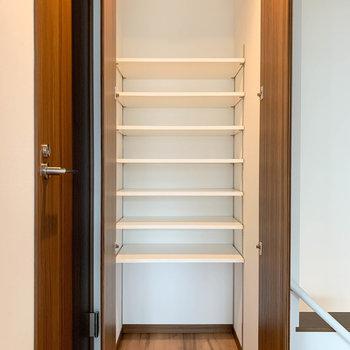 階段近くに棚です。シューズボックスに。あるいはいっそ本棚に。