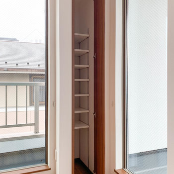 【LDK】窓際にさりげなく、コンパクトな収納。