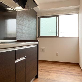 【LDK】キッチンです。奥にも広がってるので、冷蔵庫大きいのでも置けちゃう〜
