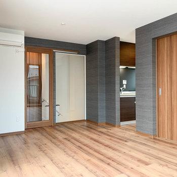【LDK】奥にキッチンがありますね〜。右の扉が洋室です。