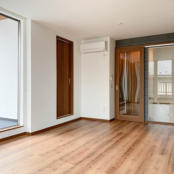 【LDK】真ん中の扉がサニタリー。ガラス扉は階段へ。
