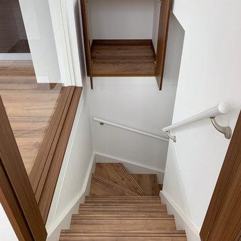 さて、階段です。道中にさりげなく収納庫がついてます。