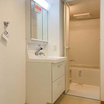 サニタリーです。トイレ、洗濯機、洗面台が仲良く並んでます。