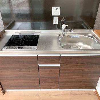 【LDK】二口IHのキッチンです。シンク広くて洗い物しやすそう。