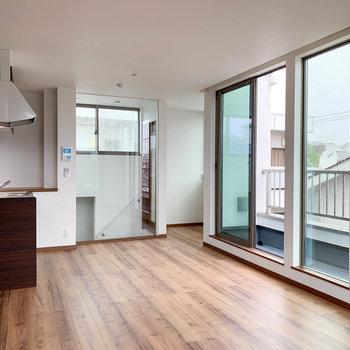 【LDK】右の窓沿いにバルコニー。階段周りがガラス張りなのも洒落てる。