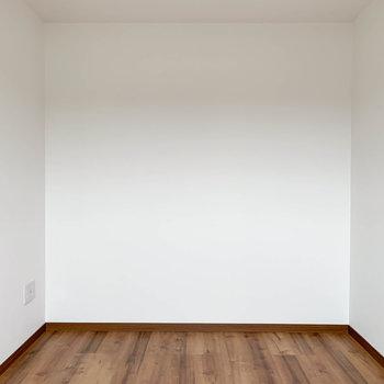 【洋室】白。ベッド起きやすくて良いな。