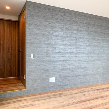 【LDK】キッチン横の壁は、グレー。お部屋にアクセント。