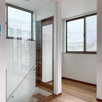 【LDK】階段周り。ガラス扉や窓、絶妙な設計。美しい。