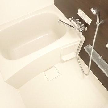 お風呂のアクセントパネルはブラウン、シックな雰囲気です。※写真は3階の同間取り別部屋のものです