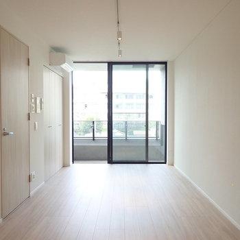 玄関に仕切りがないので、空間の奥行きがあります。※写真は3階の同間取り別部屋のものです