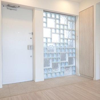 ガラスブロックの大きさに変化が合って素敵。※写真は3階の同間取り別部屋のものです