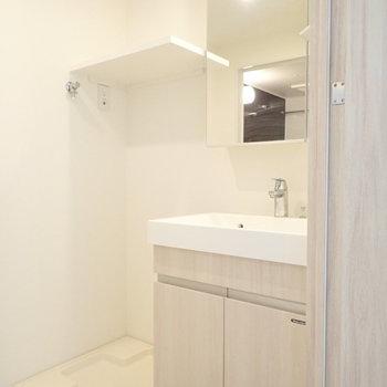 キッチン隣の扉を開くと洗面室。※写真は3階の同間取り別部屋のものです