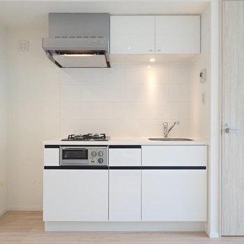 キッチンはシンプル&スタイリッシュ。※写真は3階の同間取り別部屋のものです