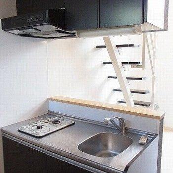 キッチンは2口ガスコンロ※写真は2階の同間取り別部屋のものです