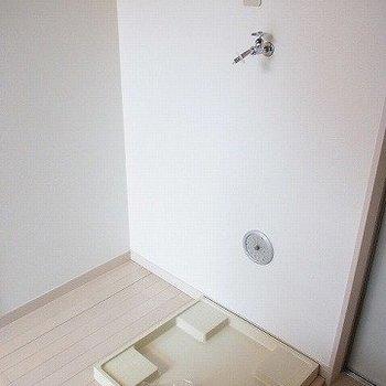 玄関横、洗濯機置場の隣に冷蔵庫※写真は2階の同間取り別部屋のものです