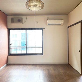 和紙をイメージしたような材質感のある赤壁がステキ。(※写真は2階の反転間取り別部屋、清掃前のものです)