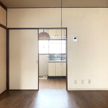 洋室はメインのリビングとして使うかな。(※写真は2階の反転間取り別部屋、清掃前のものです)