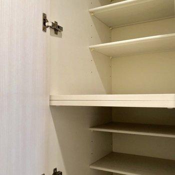 シューズボックスは床から天井まで、大容量