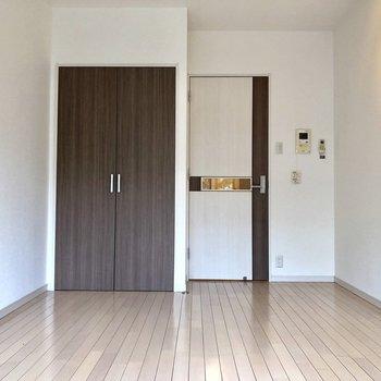 ドアの小窓が可愛いですね