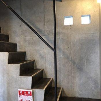 2階へは階段で。