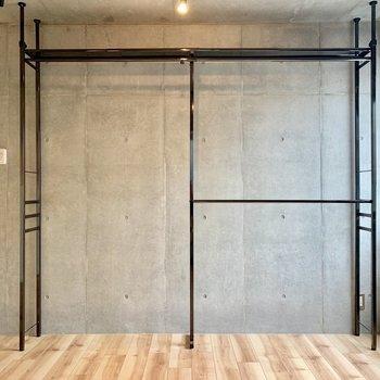 収納はオープンタイプ!お店のラックみたいですね※写真は4階の同間取り別部屋のものです