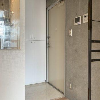 玄関はサニタリー横に※写真は4階の同間取り別部屋のものです