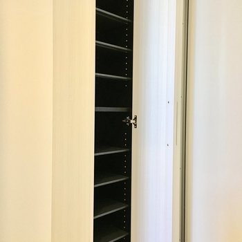 可動式の棚なので高さがあるものもしまえますよ。(※写真は2階の反転間取り別部屋のものです)