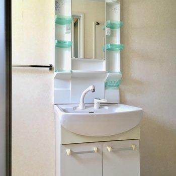 洗面台も清潔感◎タオルハンガーも付いていて、使いやすさもあります。