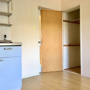 キッチン横の収納は、お掃除用具入れにいかが?(※写真はモデルルームです)