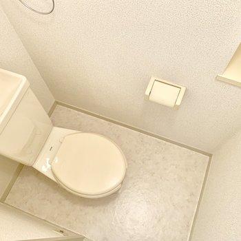 トイレは座って左に収納も付いています。