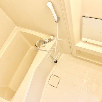 お風呂はゆったり。鏡の位置は低めです。
