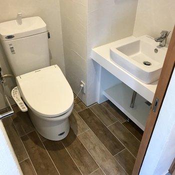 玄関のすぐ先はトイレ。手洗い場もついていて、事務所利用でも便利ですね。