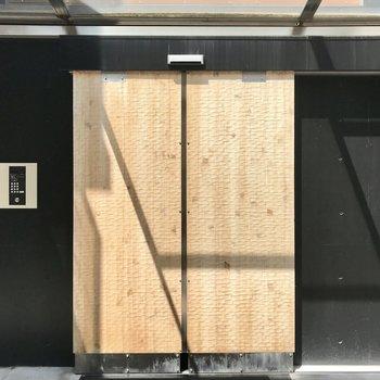 こんなにお洒落なオートロックの自動ドア、見たことありません・・・!