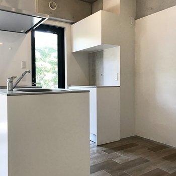 キッチンの後ろには棚付き。キッチン家電を上に置いて、お皿もここに仕舞いましょうか。